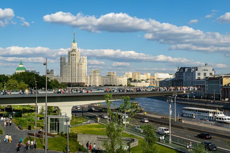 Drijvende brug in Zaryadye-Park boven Moskva-Rivier Zaryadie is nieuwe toeristische attractie van Moskou dichtbij het Kremlin royalty-vrije stock foto