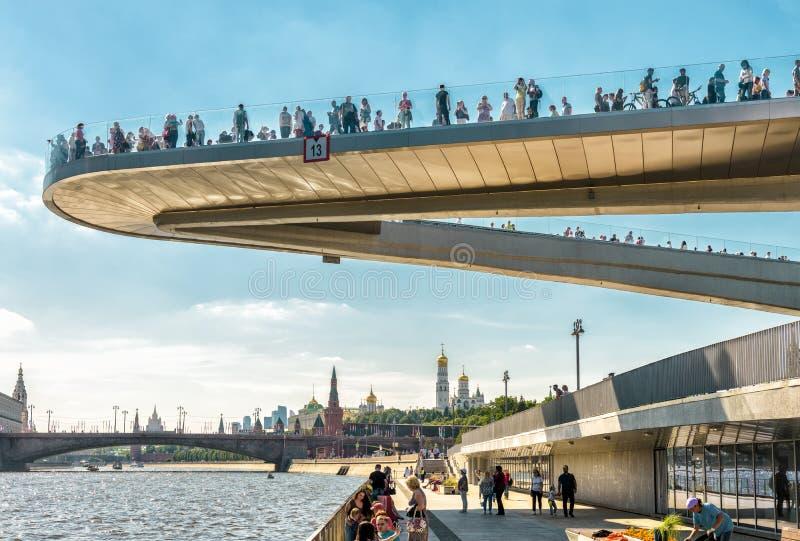 Drijvende brug in Zaryadye-Park in Moskou stock afbeelding