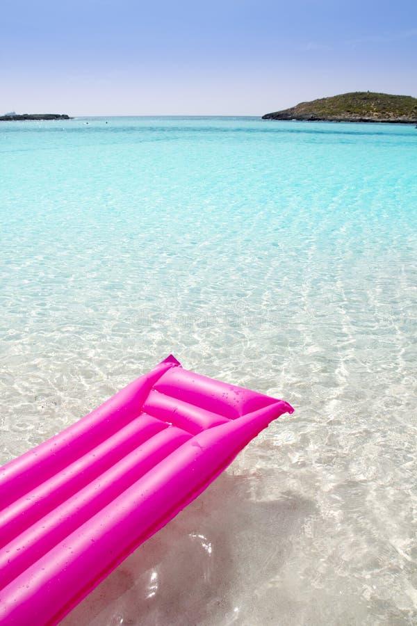 Drijvende de zitkamer roze tropische overzees Formentera van het strand stock afbeelding