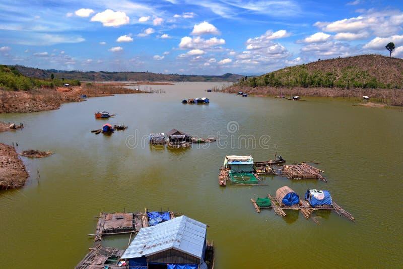 Drijvende huizen in de rivier royalty-vrije stock afbeelding