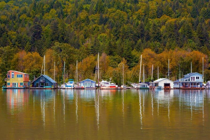 Drijvende Huizen langs Multnomah-Kanaal in Portland Oregon stock foto
