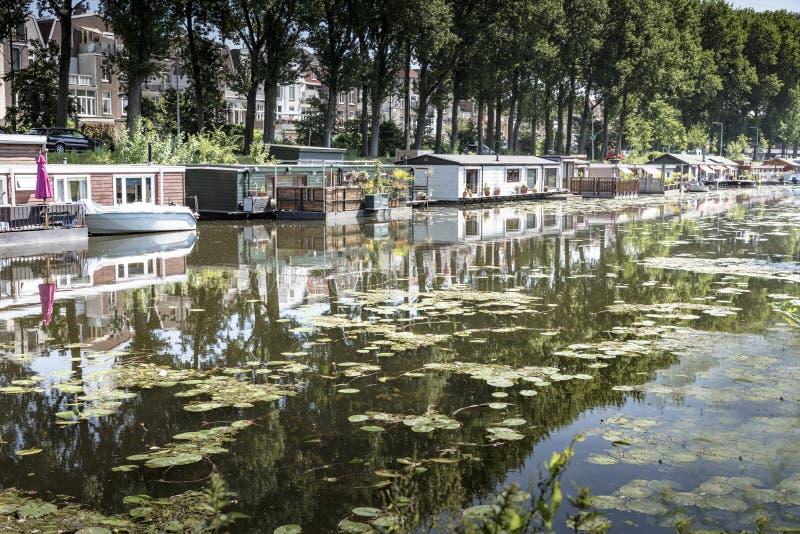 Drijvende huizen tegen het globale verwarmen royalty-vrije stock afbeeldingen