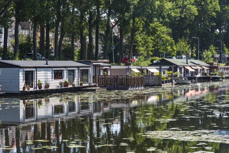 Drijvende huizen tegen het globale verwarmen stock afbeelding