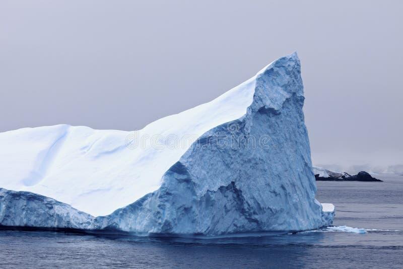 Drijvende ijsberg royalty-vrije stock afbeelding