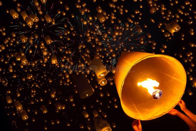 Drijvende lantaarn, Yi Peng, Vuurwerkfestival royalty-vrije stock afbeeldingen