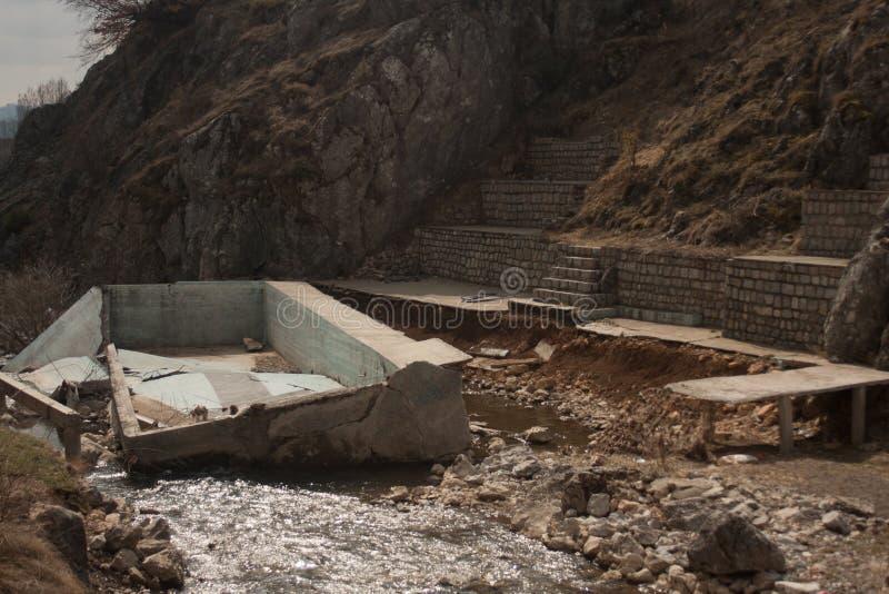 Drijvende pool in rivier stock fotografie