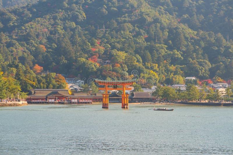 Drijvende poort van Itsukushima-Heiligdom bij Miyajima-eiland stock afbeelding