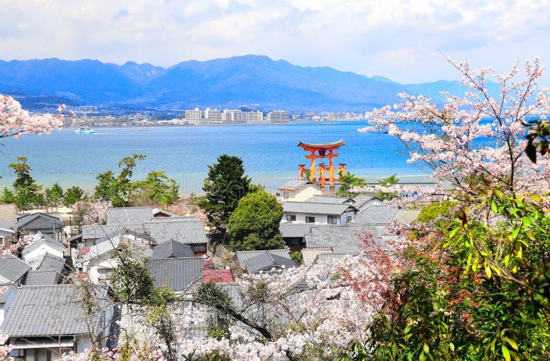 Drijvende Torii-poort, Itsukushima-Heiligdom, Miyajima-eiland, Japan royalty-vrije stock fotografie