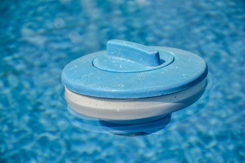 Drijvende verdeler voor chloor in zwembad royalty-vrije stock foto