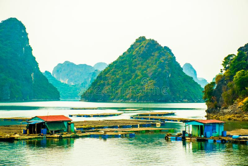 Drijvende visserijdorp en rotseilanden in Halong-Baai, Vietnam stock afbeeldingen