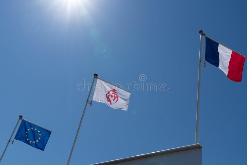 Drijvende vlag witte rode vlag van Vendée Frankrijk E. - Europese Unie Europa in blauwe hemel in zonnige dag royalty-vrije stock foto