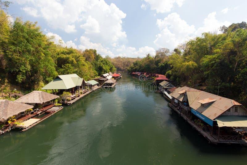 Drijvende vlotten op tropische rivier royalty-vrije stock foto's