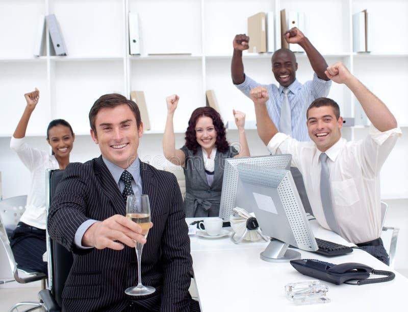 driking шампанского businessteam успешный стоковые изображения