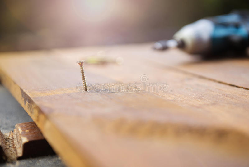 Drillborr som lämnas på trägolv arkivfoton