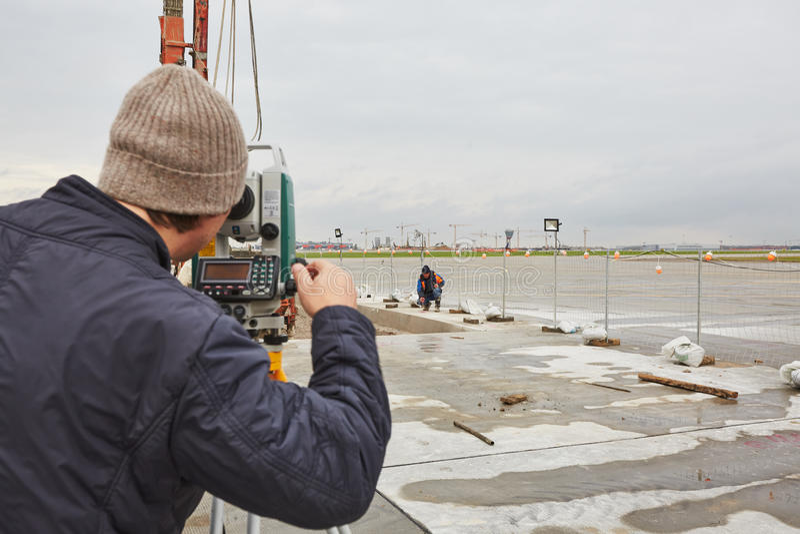 Download Drillborren Bearbetar Med Maskin Arbeten På Flykt Redaktionell Fotografering för Bildbyråer - Bild av landningsbana, konstruktion: 78730924