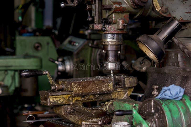 Drillborrpress är en drillborr som fäster till en ställning eller en tabell royaltyfri fotografi