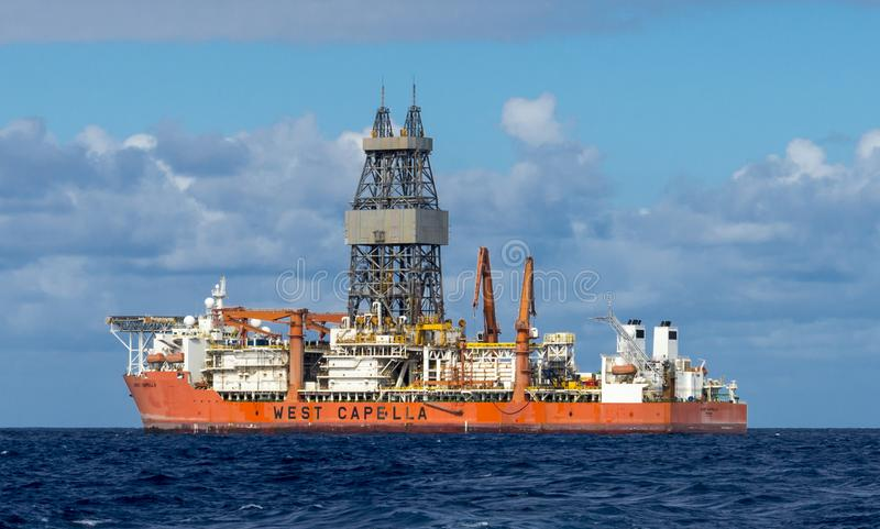 Drillship occidental de Capella pour le perçage d'eau profonde en mer dans l'Océan Atlantique Ténérife voisin, Îles Canaries, Esp image stock