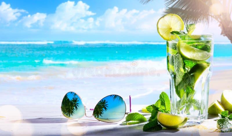 Drims каникул; винный бар пляжа лета тропический; коктеиль mojito стоковые фото