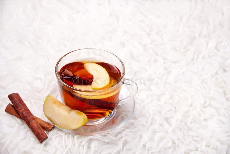 Drink av äpplete med den kanelbruna pinnen, stjärnaanis och kryddnejlikan Säsongsbetonad stansmaskin i kopp på pälsbakgrund royaltyfri foto