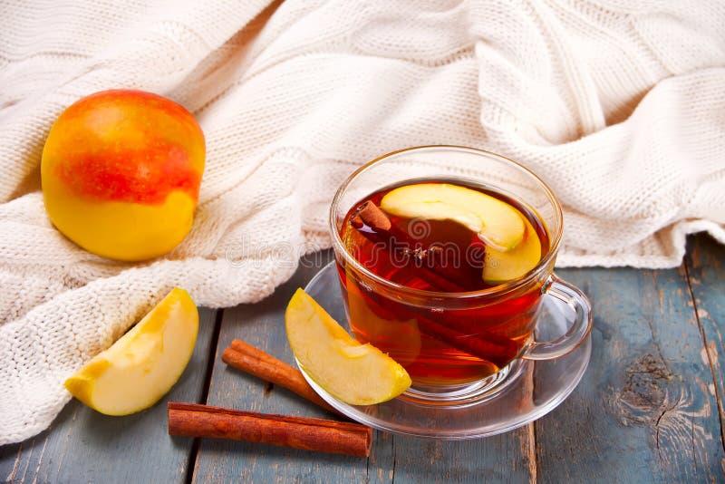 Drink av äpplete med den kanelbruna pinnen, stjärnaanis och kryddnejlikan Säsongsbetonad stansmaskin i kopp på träbakgrund royaltyfri foto