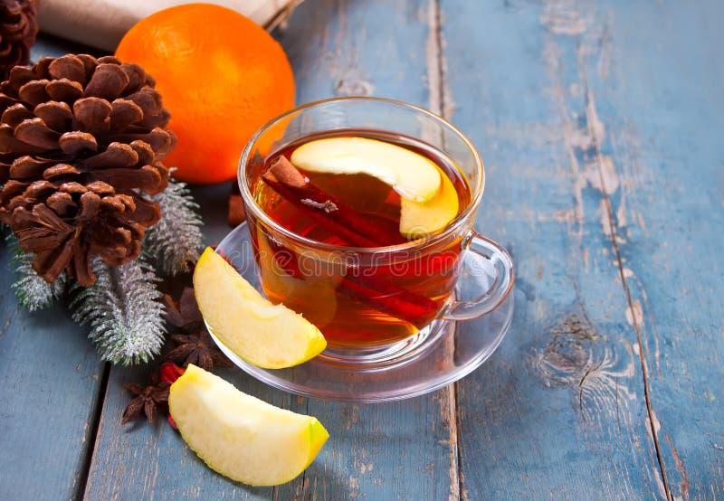 Drink av äpplete med den kanelbruna pinnen, stjärnaanis och kryddnejlikan Säsongsbetonad stansmaskin i kopp på träbakgrund royaltyfri bild