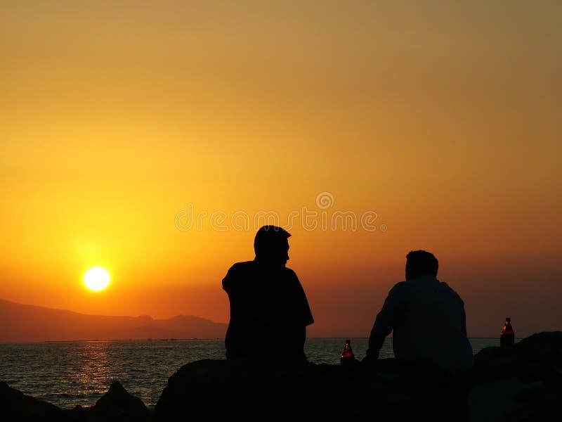 Drink bier bij zonsondergang stock foto
