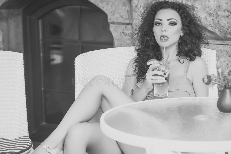 Drink cocktails Het Portret van de manier Peinzende vrouw in koffie met mojito stock fotografie