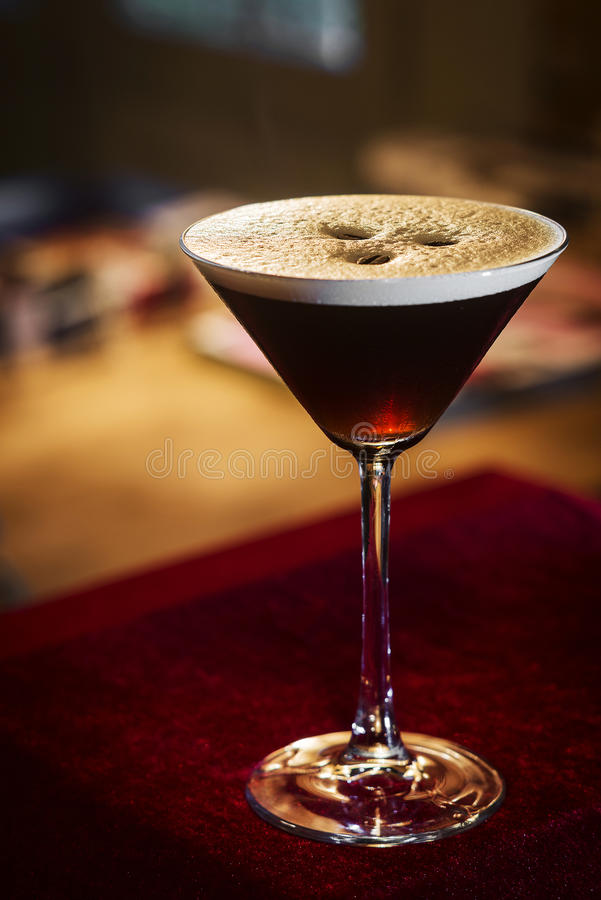 Drink för espressokaffemartini coctail i stång arkivfoton