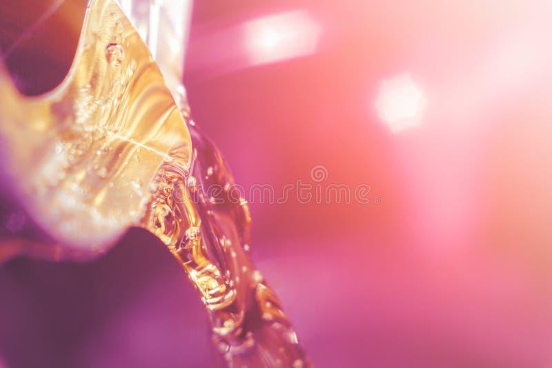 Drink från aluminiumburknärbild arkivfoton