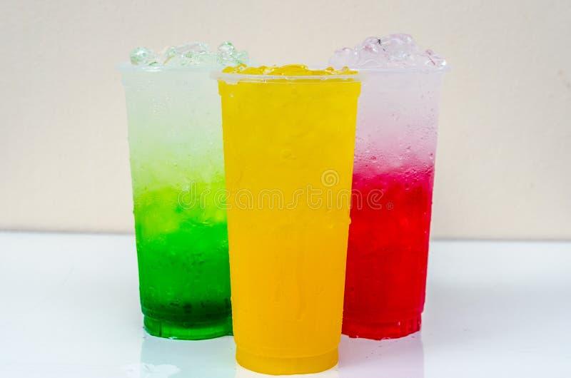Drink i ett exponeringsglas royaltyfri foto