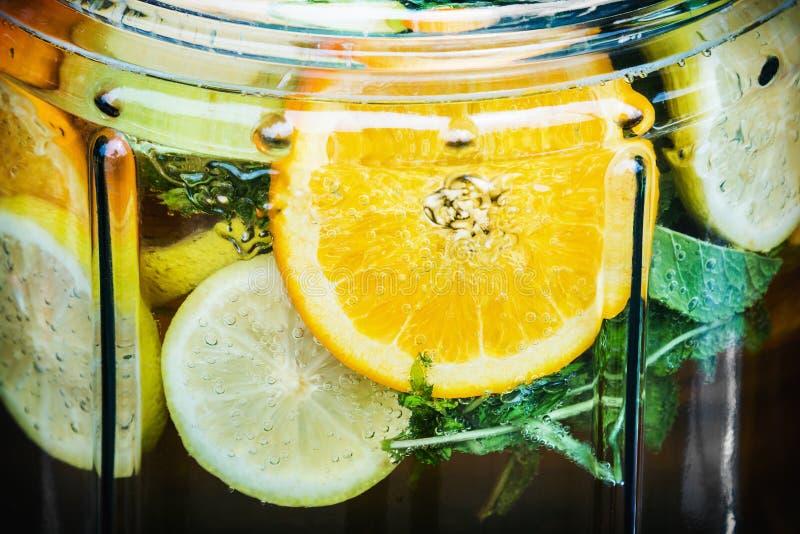 Drink limonade eigengemaakt van citroenen, kalk, sinaasappelen en munt stock foto