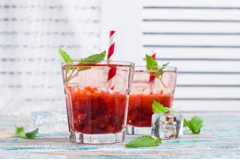 Drink med jordgubbesirap fotografering för bildbyråer
