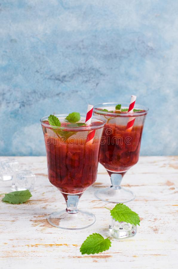 Drink med jordgubbesirap royaltyfri fotografi