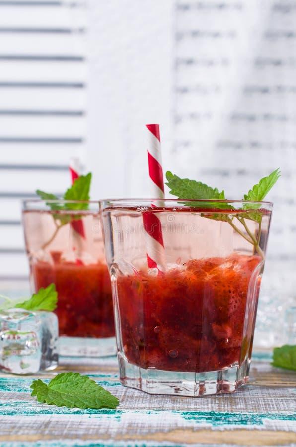 Drink med jordgubbesirap arkivfoton