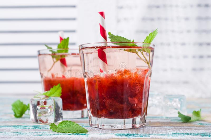 Drink med jordgubbesirap arkivbilder