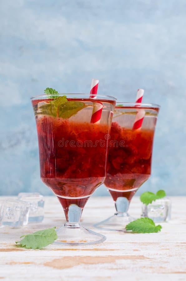 Drink med jordgubbesirap royaltyfri foto
