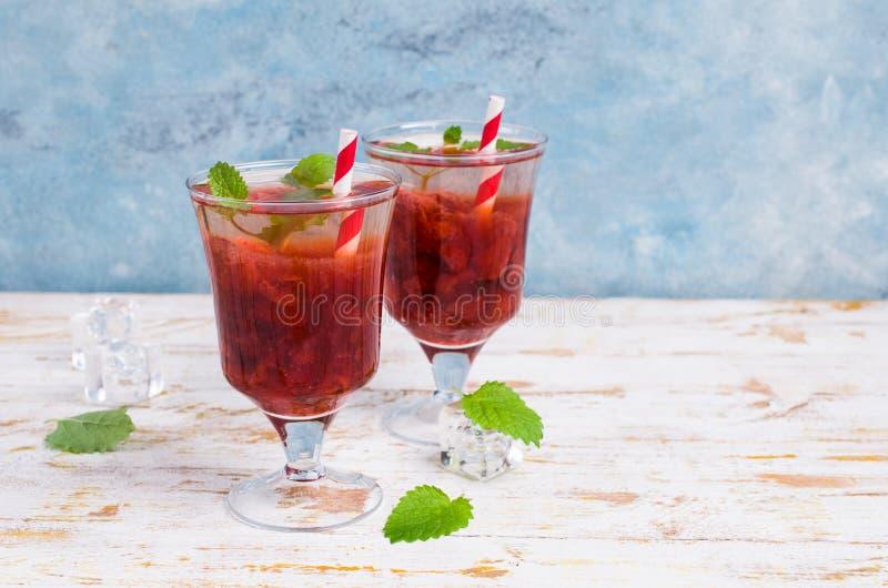 Drink med jordgubbesirap royaltyfria bilder