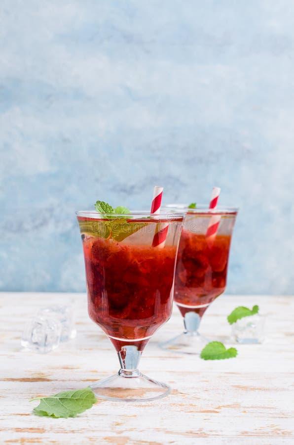 Drink med jordgubbesirap royaltyfria foton