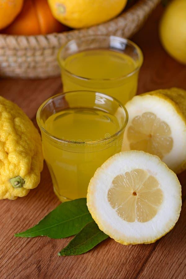 Drink med sötcitronfruktsaft royaltyfria foton