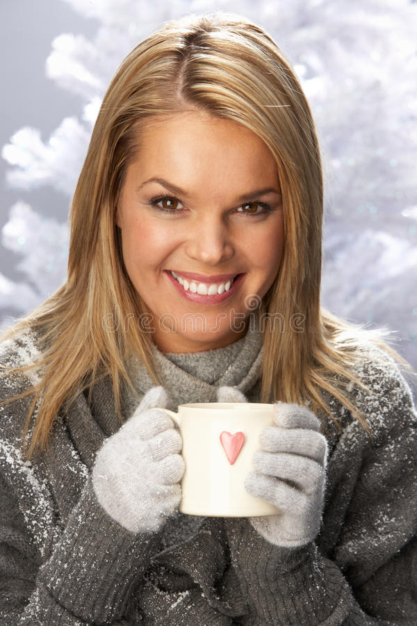 drink som dricker slitage kvinnabarn för varm knitwear royaltyfri fotografi