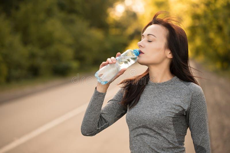 Drink water tijdens oefening Het lopende beeld van het meisje/van de Vrouw dat zou kunnen worden gebruikt om producten en de dien royalty-vrije stock afbeeldingen