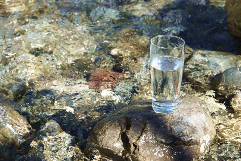 drinka w falls ciekłej wody przepływu szklana obrazy stock