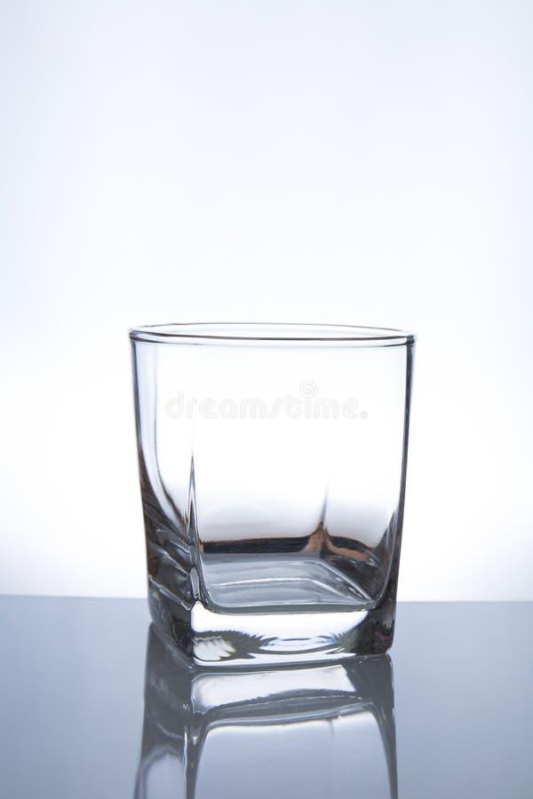drinka w falls ciekłej wody przepływu szklana obraz stock