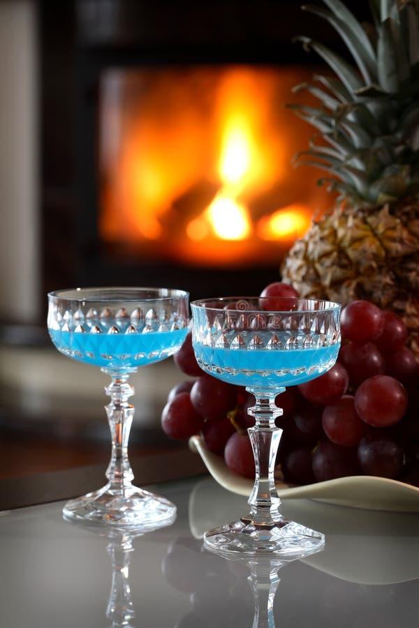 drinkar aktiverar två arkivfoto