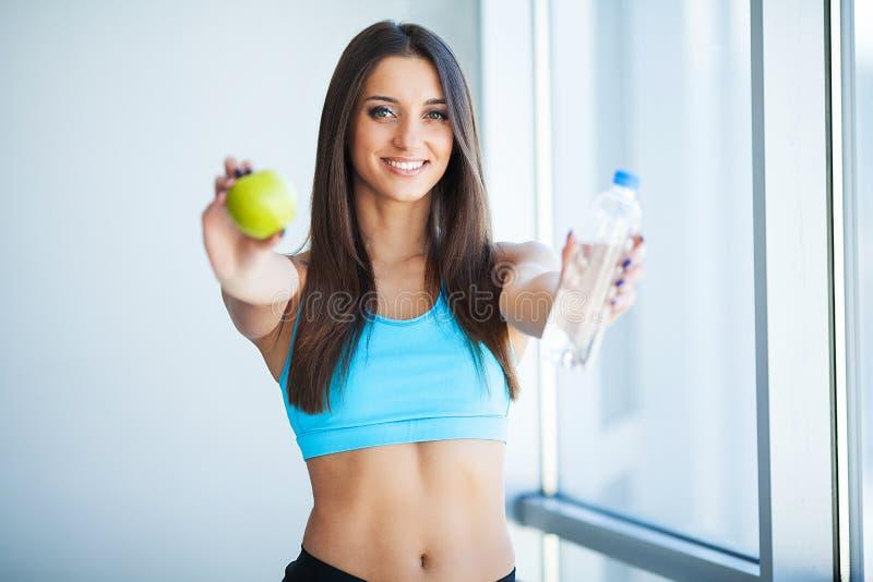 drinkar dricka lyckligt vatten för flicka Sjukvård Sund livsstil royaltyfria bilder