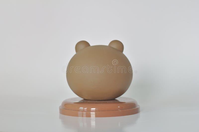 Drinkar för dockor för bruna för Collectibles för bakgrund för Teddy Bear Head Coffee Mug lock vita leksaker supare för kaffe gul royaltyfria bilder