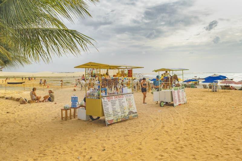 Drinkar står på stranden Jericoacoara Brasilien royaltyfri bild