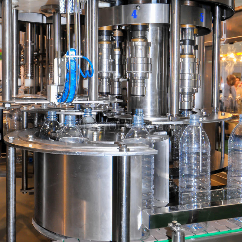 Drinken bevattnar produktion fodrar i bransch arkivbild