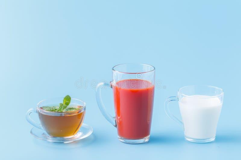 Drinken de groeps Nuttige Kleurrijke Dranken Melkthee Juice Water op Blauwe Achtergrond stock foto's