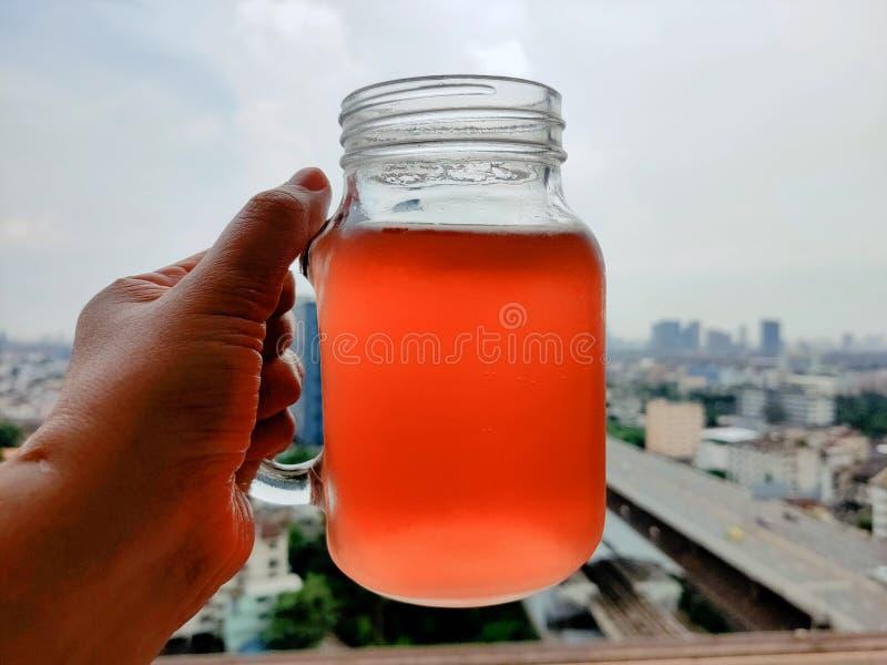 Drinken van vruchtensappen zorgt ervoor dat je je verfrist voelt royalty-vrije stock foto's
